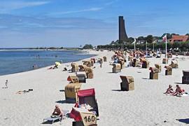 Blick über den Strand zum Marine-Ehrenmal Laboe