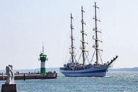 Segelschulschiff MIR beim Einlaufen in Travemünde