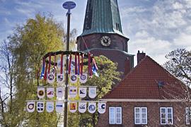 Travemünder Maibaum vor der St. Lorenz-Kirche