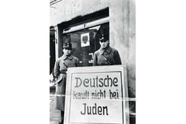 Boykott eines jüdischen Geschäftes durch SA-Männer am 1. April 1933 in Kappeln. © Bildersammlung der Universität Flensburg