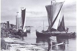 Kurenkähne im Hafen und am Haffstrand von Nidden (ca. 1925-1935) © Ostpreußisches Landesmuseum Lüneburg
