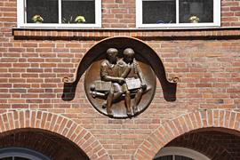 Junge und Mädchen bei den Schulaufgaben an der Stadtschule Travemünde