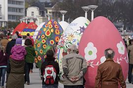 Riesen-Ostereiparade in Lübeck-Travemünde